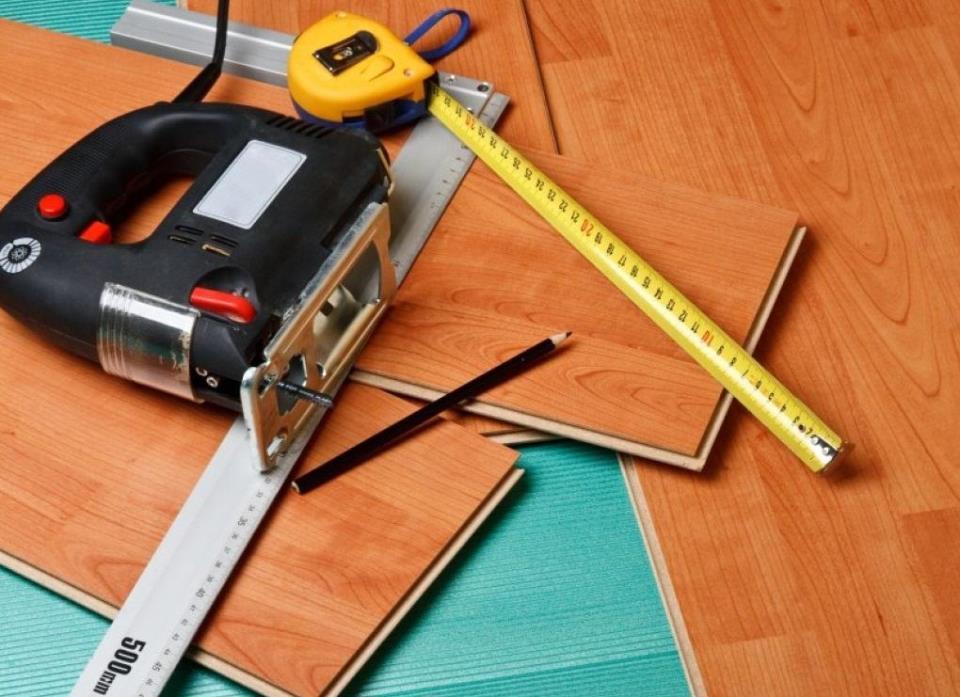 Все необходимые инструменты для укладки ламината можно купить в любом строительном магазине