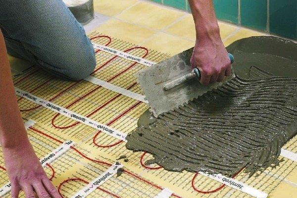 Наложение плиточного клея на систему