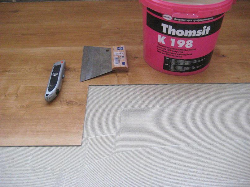 Подобрать клей для укладки плитки ПВХ можно как самостоятельно, так и при помощи специалистов