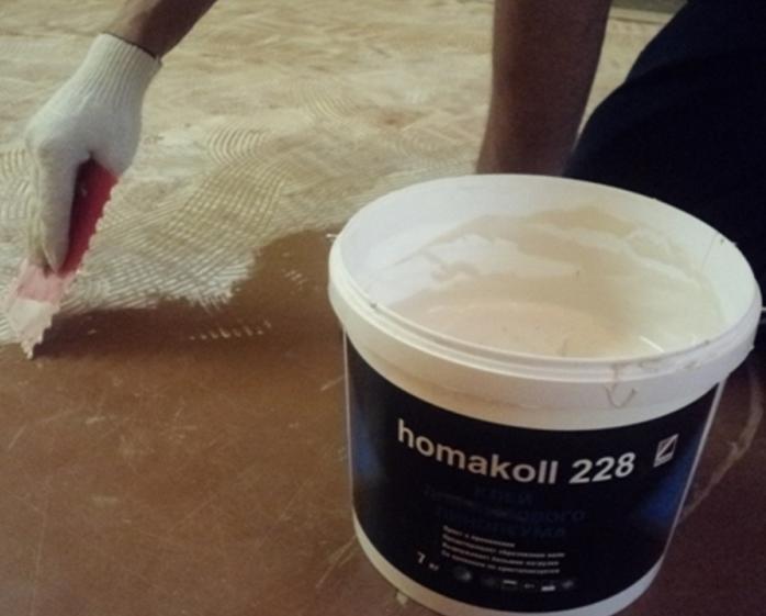 Для укладки плитки рекомендуется подбирать качественный и безопасный ПВХ клей