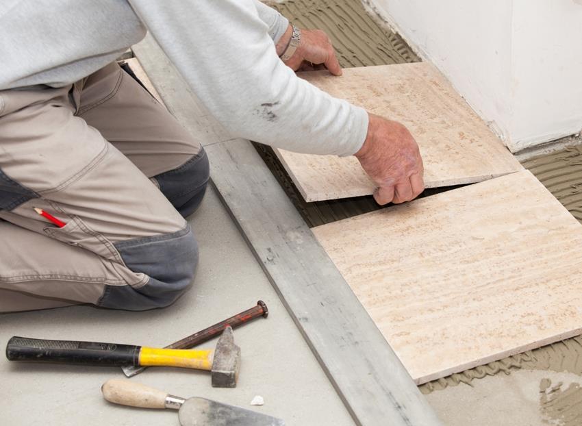 Для качественной укладки плитки недостаточно иметь идеально ровную поверхность, на нее нужно еще нанести слой клея одинаковой толщины