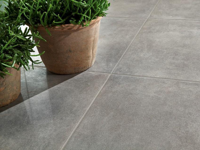 Дизайнеры создают такие оттенки и текстуры керамогранитной плитки имитирующей бетон, что материал выглядит очень стильно, оригинально и современно