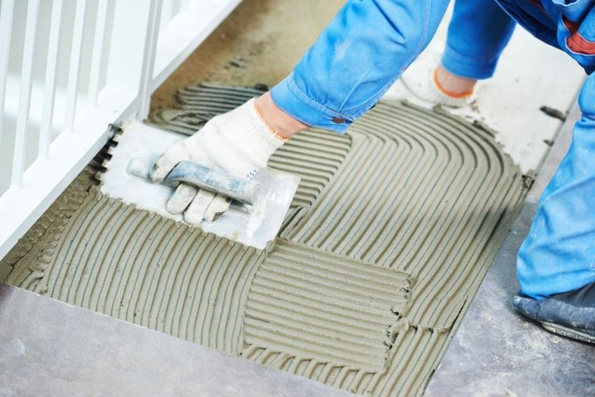 Чтобы плиточный клей надежно фиксировал облицовку, необходимо поддерживать технические характеристики смеси