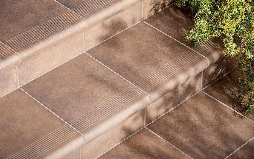 Крамогранит можно применять не только для облицовки полов, но и для отделки ступеней, что позволит надолго сохранить внешнюю привлекательность здания