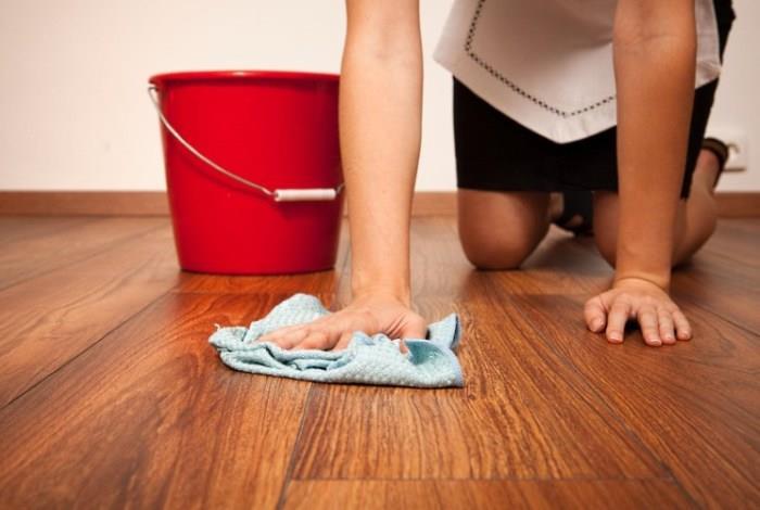 Тщательное мытье напольного покрытия