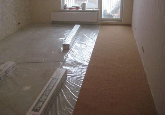 Защитить ламинат от остаточной влажности бетонного пола можно с помощью полиэтиленовой пленки. Для пароизоляции пола применяют пленку толщиной 0,2 мм. Пленку стелют на пол с нахлестом на стены. Полосы пленки уклядыват с перекрытием 15-20 см. Места соединения полос проклеивают скотчем.