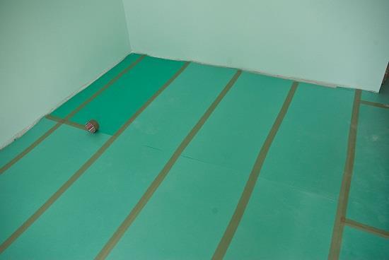 Подложка для ламината защищает ламинат от мелких неровностей пола, устраняет стук при ходьбе и защищает ламинат от низкой температуры бетонного пола. Подложка стелется на пол стык в стык. Стыки проклеивают скотчем. При наличии пароизоляции нахлеста на стены не делают.