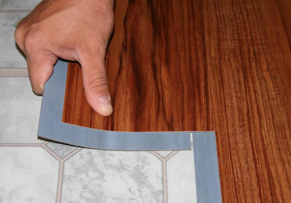 Влагостойкий гибкий ламинат стоит укладывать в помещениях с повышенной влажностью