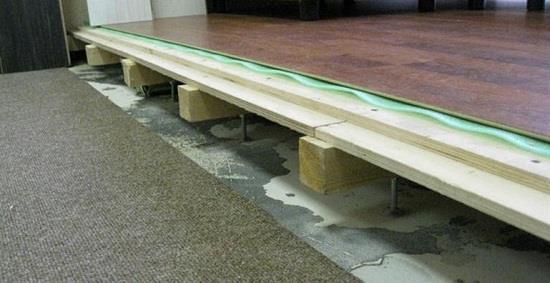 Традиционный настил - фанера. Для листа толщиной 12 мм покрытие делают двухслойным, для 20 мм и более однослойным. В качестве альтернативы может применяться ОСБ.