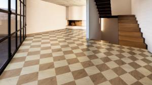 Плитка уложена в шахматном порядке