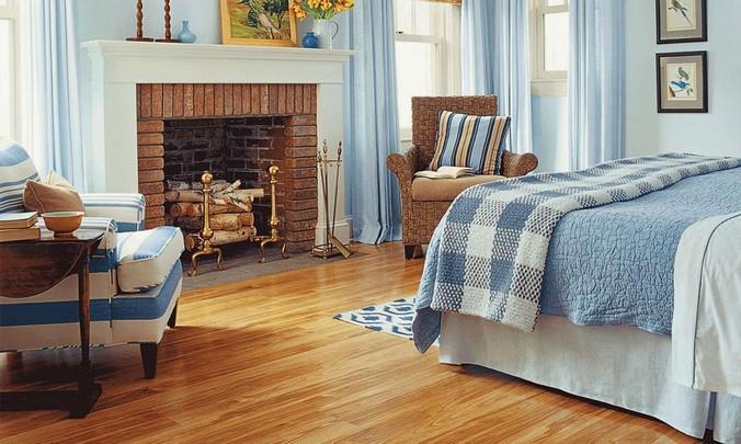 Ламинированный пол с дизайном под светло-коричневый бук для спальни с камином