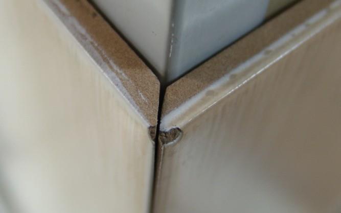 Нередко на плитке появляются сколы