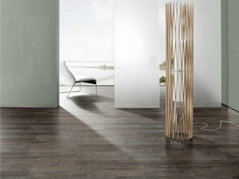коричневый ламинат может стать частью очень холодного интерьера в сочетании с белыми/серыми стенами