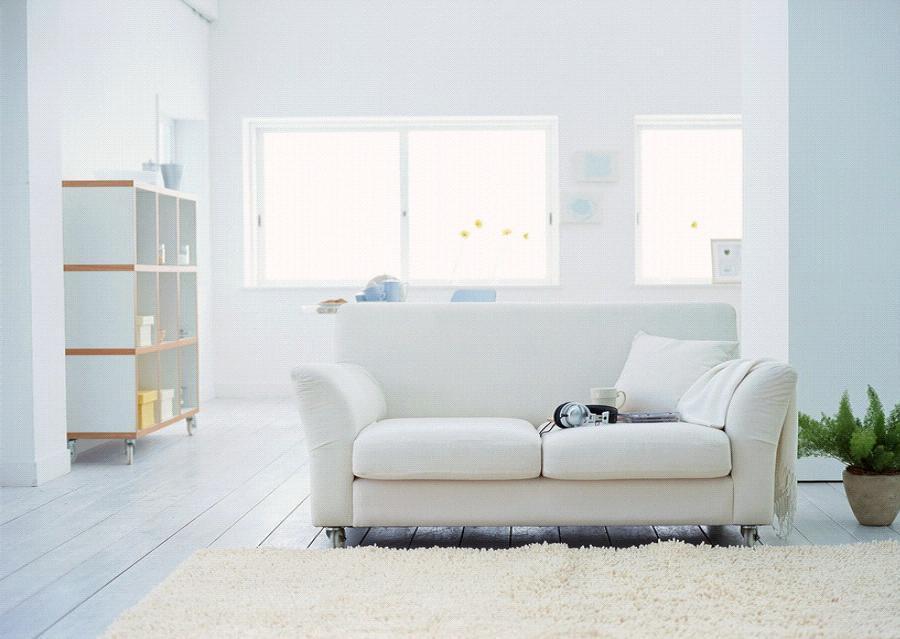 Холодные оттенки: белый и светлый ламинат