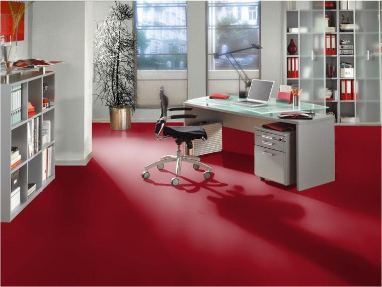 Красный пол может стать частью холодного интерьера в окружении светлых, серых и белых стен, офисной мебели и соответствующего декора.