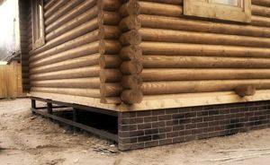 Деревянные дома на сваях: создание цоколя