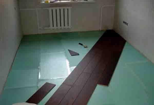 Укладка ламината, начиная от центра комнаты.