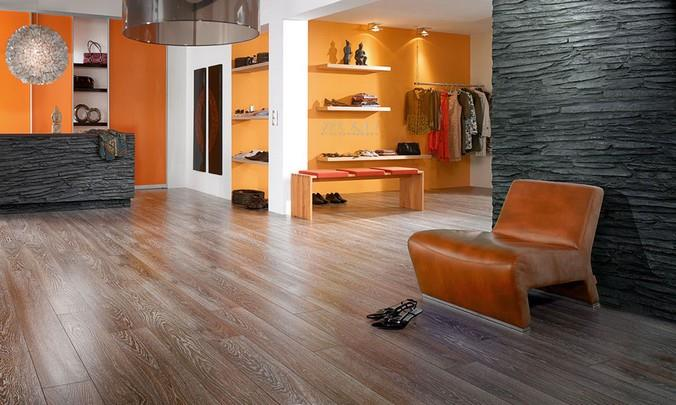 Фото ламината Kronotex в интерьере магазина одежды