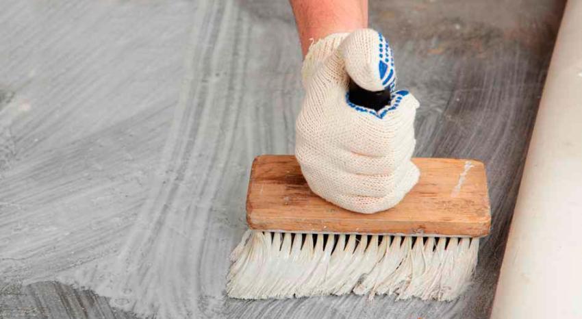 Клей наносится на подготовленное, хорошо очищенное и покрытое грунтовкой основание