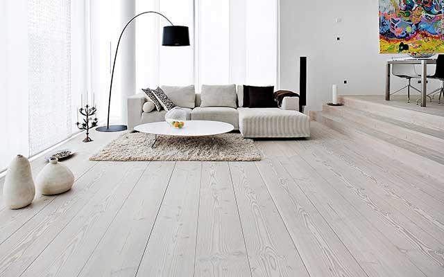 Натуральный деревянный пол лучше всего подойдет для сохранения и передачи тепла.