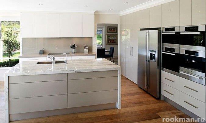 Водостойкий немецкий ламинат 33 класса толщиной 12мм в интерьере кухни