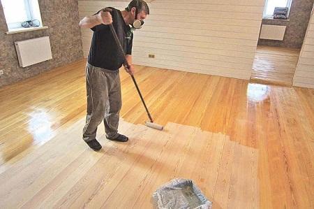 Чтобы деревянный пол служил длительное время, его следует покрыть защищающим средством