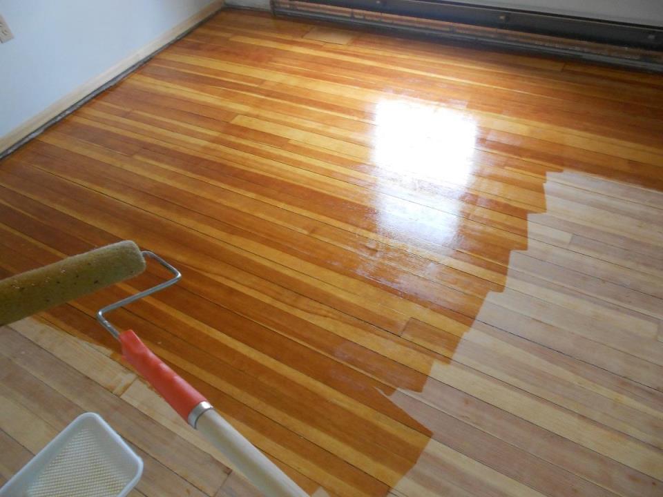 Благодаря маслу можно улучшить эстетические и эксплуатационные свойства деревянного пола из сосны