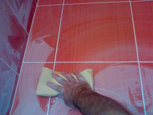 После затирки плитку нужно тщательно очистить от остатков раствора