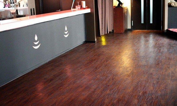 Кварц-виниловое покрытие в интерьере бара