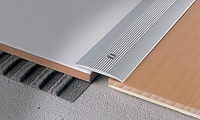 Установка алюминиевого порожка в месте стыка плитки и ламината (фото)