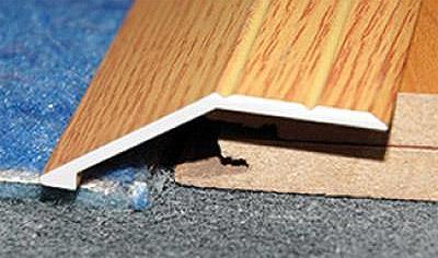 Жесткий профиль в месте стыка плитки и ламината с перепадом по высоте (фото)