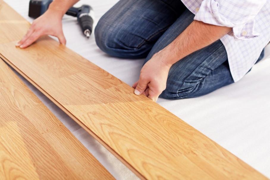 Ламинат довольно прост в укладке на бетонные и деревянные полы с ровной поверхностью