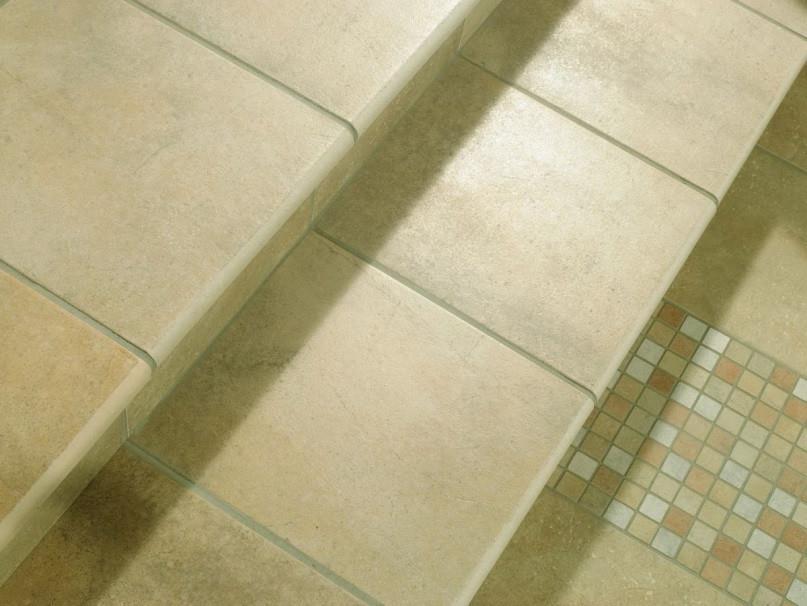 Керамическая плитка подходит для отделки пола в коридоре, ванной комнате и кухне