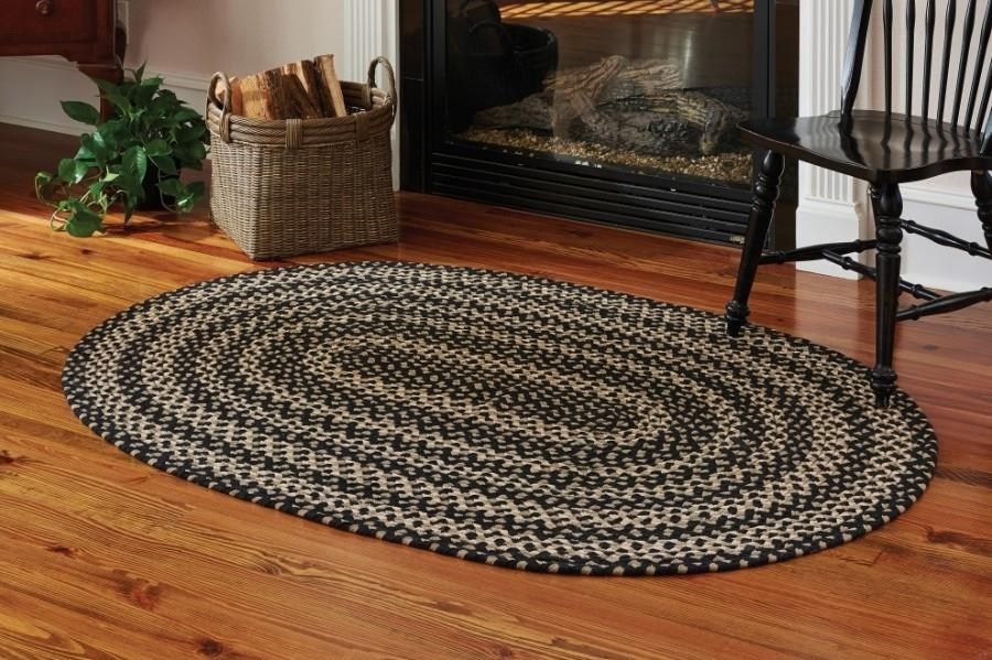 Плетенный коврик возле камина