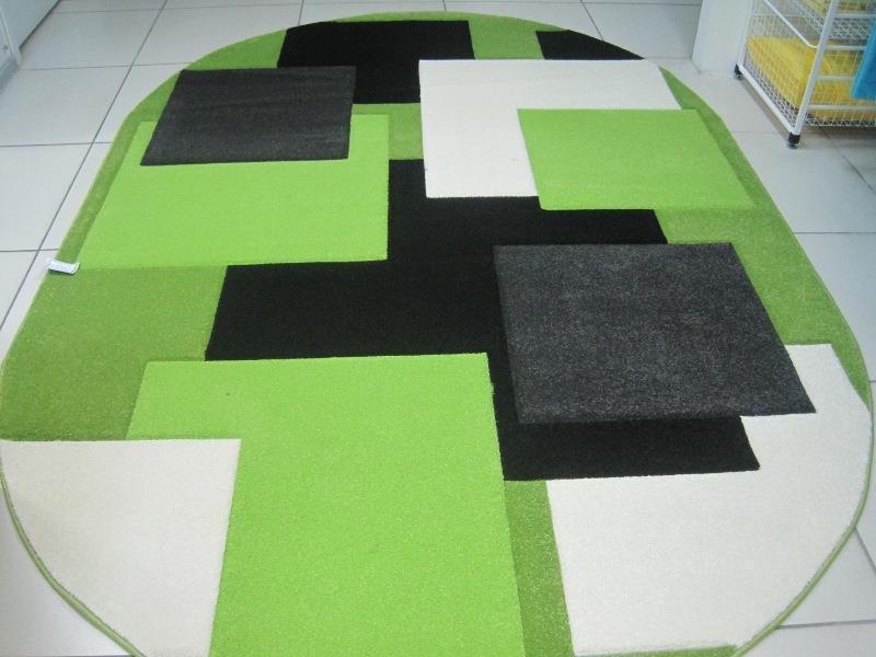 Яркий овальный коврик