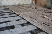 Делаем демонтаж деревянного пола