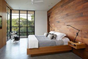 Оформление стены ламинатом в спальне