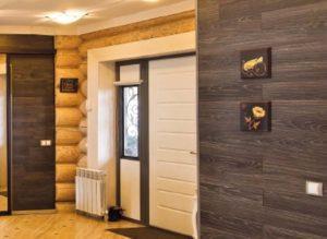 Сочетание дерева и ламината на стенах в прихожей