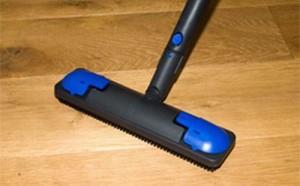 При необходимости ламинат можно чистить несколько раз в день, хойтя обычно достаточно одного раза в несколько дне