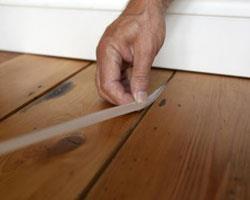 Способы со щелями в деревянном полу