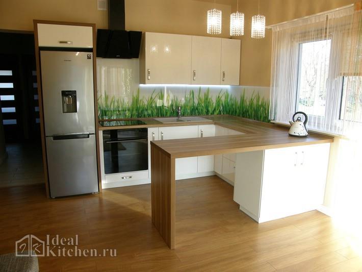 белая кухня-гостиная с барной стойкой и скинали трава