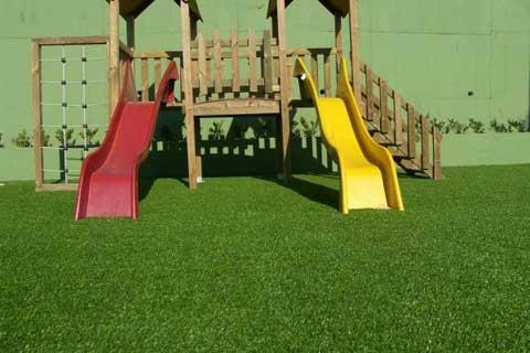 площадка для детей на искусственном газоне