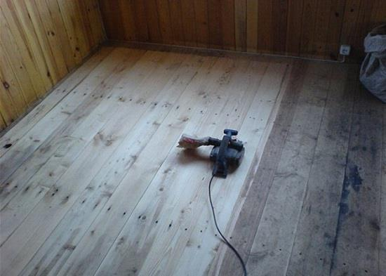 Новые деревянные полы обычно прочные и пригодны для укладки ламината. Однако часто они бывают неровными из-за разной толщины настеленных досок. В данном случае проще всего подготовить пол к укладке ламината можно с помощью электрорубанка.