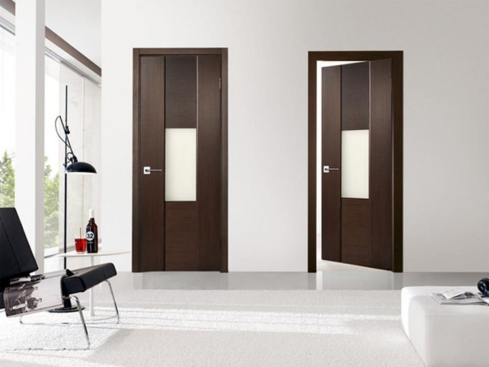 Белый пол и темные двери в интерьере