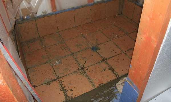На цементный пол в бане лучше уложить керамическую плитку