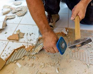 Удаление плитки с помощью зубила и молотка