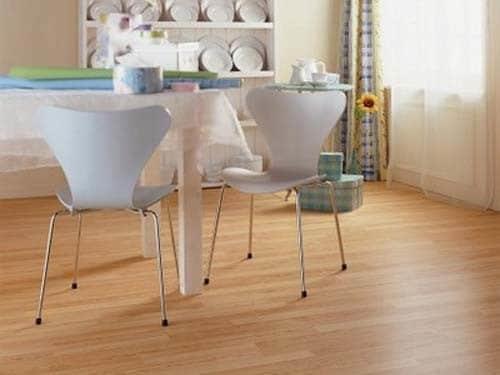 С помощью светлого ламинтата можно добиться заметного улучшения декоративных характеристик интерьера