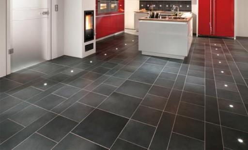 Керамическая плитка на полу в кухне смотрится элегантно, стильно и современно