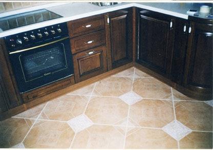 Пол рабочей зоны кухни лучше отделывать керамической плиткой