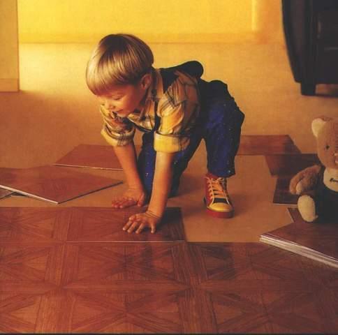 ПВХ плитка легко моется, имеет приятную поверхность, хорошо сохраняет тепло
